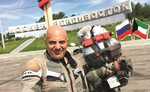 الرحّالة عبدالمحسن البغلي يجوب العالم على دراجته النارية ليرفع علم الكويت في أقاصي الأرض